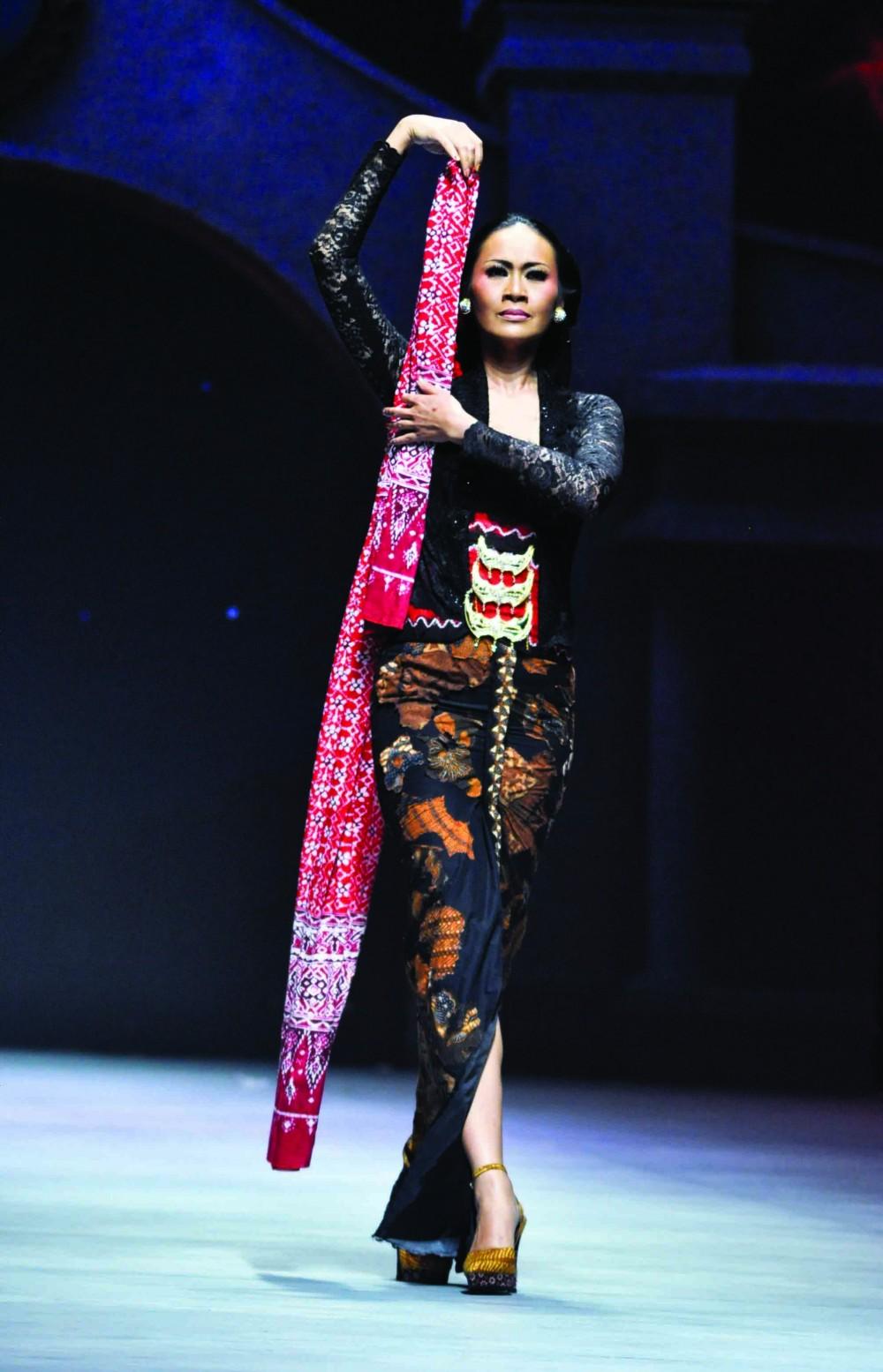 Batik Fashion - Kain Batik Terbakar Anne Avantie