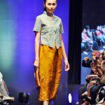 Sejurus nampak pada busananya terdapat sentuhan batik diantara khas tapis. Desainnya lebih mengesankan model batik bolero.xcvv